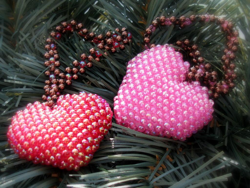 Нежное ажурное сердце с крыльями, сплетенное из бисера и. объемное сердце из бисера и бусин, понятная схема плетения...